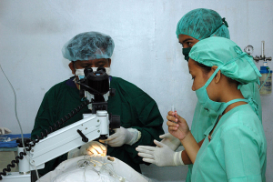 800px-US_Navy_060531-N-1577S-129_A_local_doctor_performs_a_cataract_surgery_on_a_patient_at_Zamboanga_Medical_Center